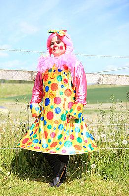 Clownin im Punktekleid - p045m1034361 von Jasmin Sander