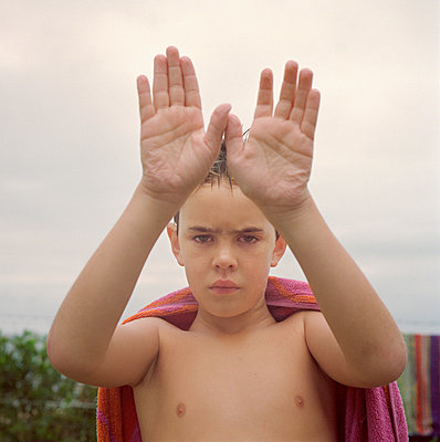 Boy showing hands - p1125m917354 by jonlove