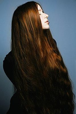 Junge Frau mit langen roten Haaren - p1180m965871 von chillagano
