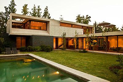 Moderne Architektur - p618m903644 von Capturaimages