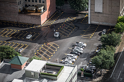 Cars in a parking lot - p846m1467481 by exsample