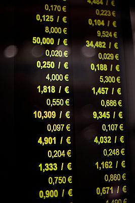 Gold exchange rates display, Paris, France - p1028m2031208 by Jean Marmeisse