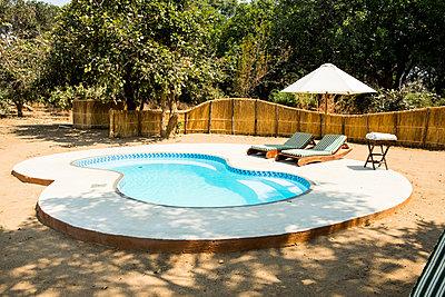 Luxus Safari Camp mit Pool im im Südluangwa-Nationalpark - p842m1538221 von Renée Del Missier
