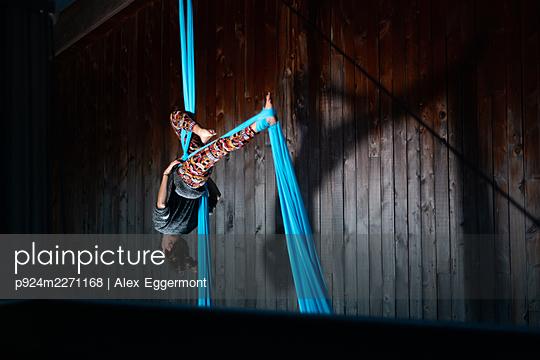 Woman doing aerial silks - p924m2271168 by Alex Eggermont