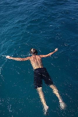 Man drifting in the sea - p045m901028 by Jasmin Sander