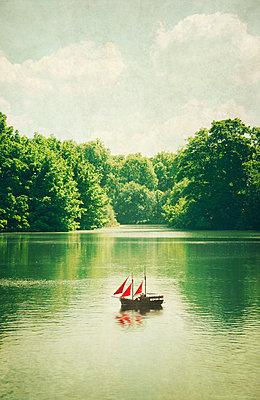 Spielzeugboot auf einem See - p1248m1451990 von miguel sobreira