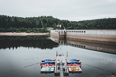 Boote am Steg auf einem See vor Staudamm - p1497m1584152 von Sascha Jacoby