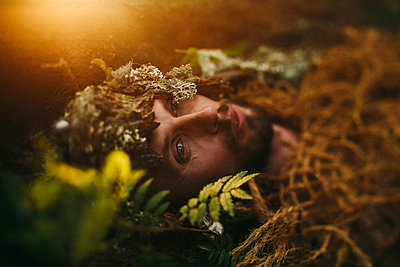 Caucasian man laying in grass - p555m1303692 by Sophie Filippova