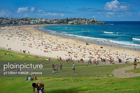 Bondi Beach, Sunday - p1125m1108628 by jonlove