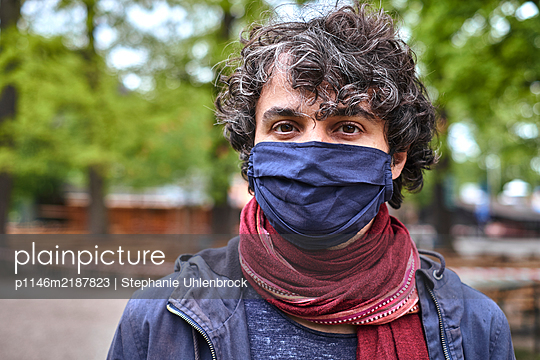 Man wearing facial mask, portrait - p1146m2187823 by Stephanie Uhlenbrock