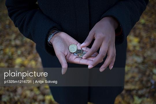 Junge Frau im herbstlichen Park - p1325m1216731 von Antje Solveig
