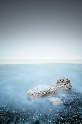 Neblige Küste - p1137m1091036 von Yann Grancher