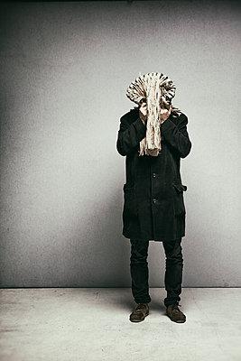 Mann mit Skulptur auf dem Kopf - p1212m1084196 von harry + lidy