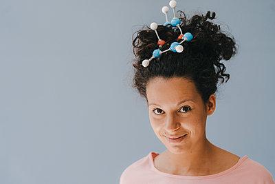 Young woman with molecule model in her hair - p300m2012763 von Kniel Synnatzschke