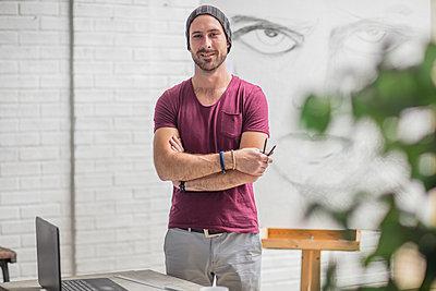 Portrait of confident artist with drawing in studio - p300m2013306 von zerocreatives
