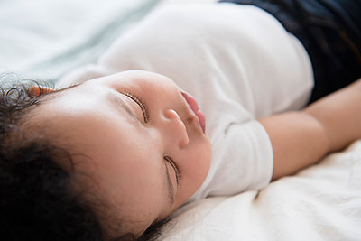 Mixed Race baby boy sleeping on bed - p555m1304483 by JGI/Jamie Grill