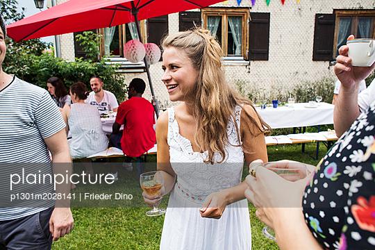 Frau und Freunde auf einer Gartenparty - p1301m2028141 von Delia Baum