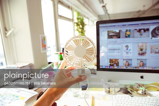 Ventilator im Büro - p432m1165781 von mia takahara