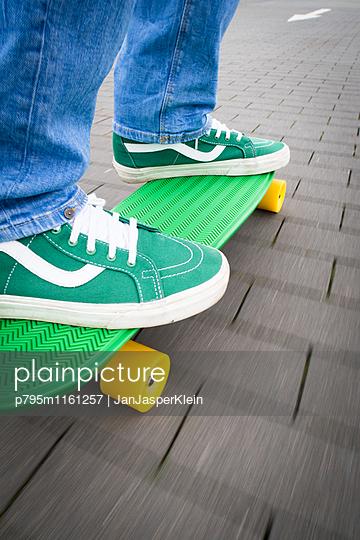 Skateboard fahren - p795m1161257 von Janklein