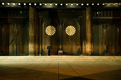 Beten vor dem Yasukuni Schrein - p1180m959708 von chillagano