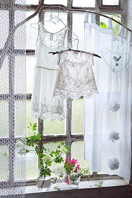 Altes Fenster mit Dekoration - p1348m1496964 von HANDKE + NEU