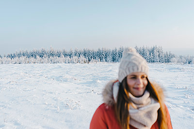Young woman in winter clothing in snowy landscape - p586m2005107 by Kniel Synnatzschke