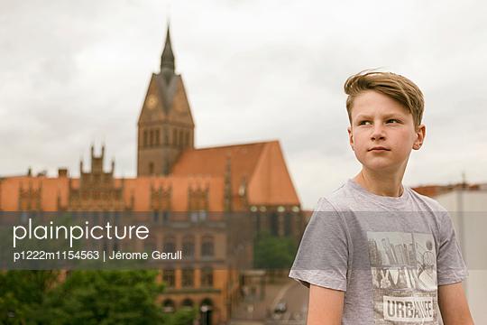 Junge vor einer Kirche - p1222m1154563 von Jérome Gerull