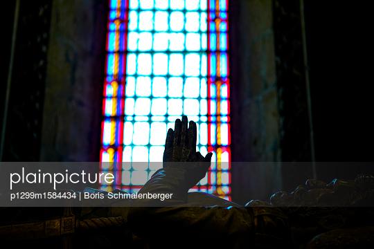 Sarkophag, betende Hände - p1299m1584434 von Boris Schmalenberger