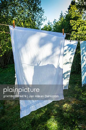 Wäsche im Garten - p1418m1574474 von Jan Håkan Dahlström