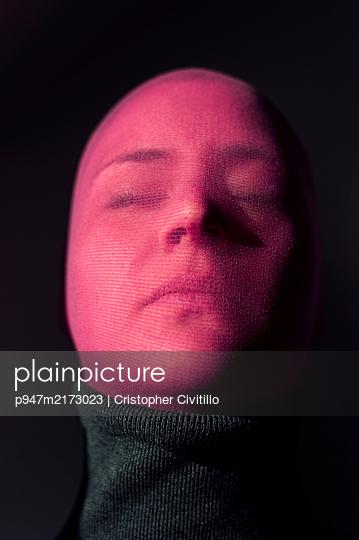 Woman wearing stocking mask, portrait - p947m2173023 by Cristopher Civitillo