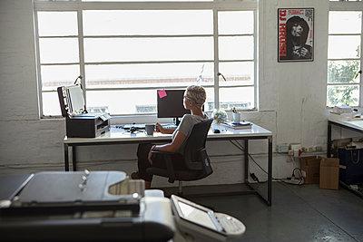 Frau am Arbeitsplatz - p1156m1572768 von miep