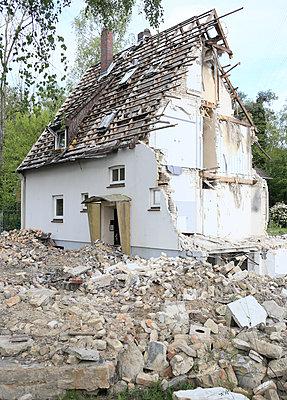Demolition - p1258m2148146 by Peter Hamel