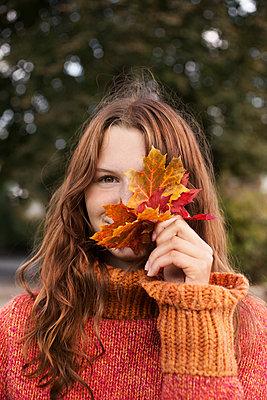 Portrait mit Herbstlaub - p1348m1539723 von HANDKE + NEU