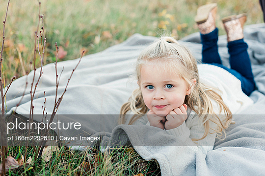 A little girl with blue eyes outdoors during autumn - p1166m2292810 by Cavan Images