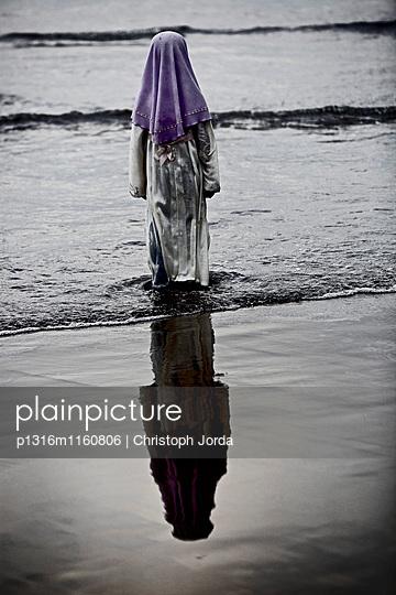Mädchen in tradtioneller Kleidung steht im Wasser, Jakarta, Java, Indonesien - p1316m1160806 von Christoph Jorda