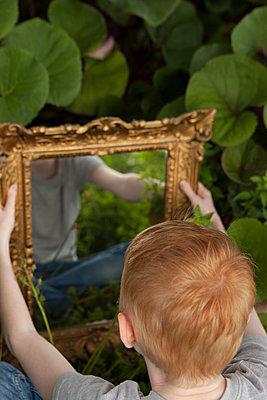 Junge schaut sich im Spiegel an - p045m1466212 von Jasmin Sander