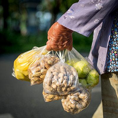 Erdnüsse und Obst einkaufen - p393m1452292 von Manuel Krug