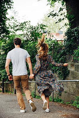 Paar läuft Hand in Hand - p432m2093231 von mia takahara