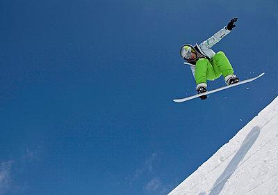 Snowboarder springt in Halfpipe - p4737786f von STOCK4B-RF