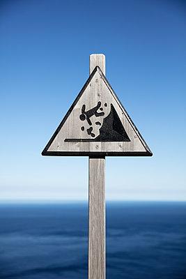 Warnschild an der Steilküste, Absturzgefahr - p695m2173163 von Rui Camilo