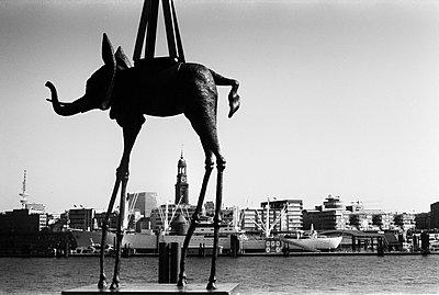 Hamburg durch die Beine - p858m1171238 von Lucja Romanowska