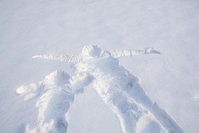 Abdruck im Schnee - p7810083 von Angela Franke