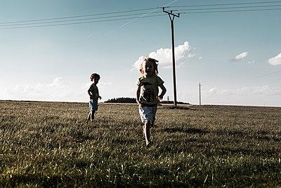 Über die Wiese rennen - p1398m1445331 von Tabitha Genoveva Harter