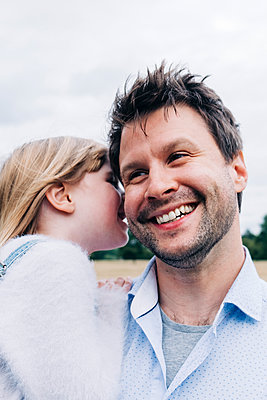 Family having fun at the park. London, England. - p300m2298961 von Angel Santana Garcia