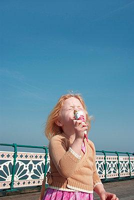 Mädchen isst Eis - p5970087 von Tim Robinson