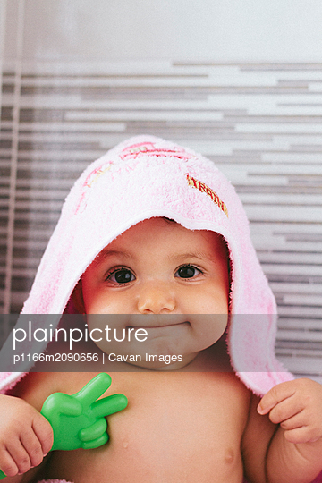 baby fresh out of the shower with pink towel - p1166m2090656 by Cavan Images
