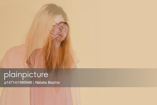 Lachende junge Frau - p1471m1585948 von Natalia Bazina