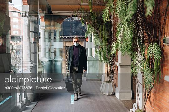 Oviedo, Spain. A man arrives at the hotel. - p300m2273876 von Daniel González