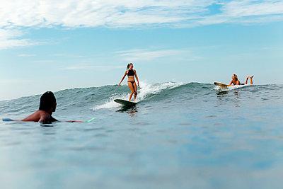 Frauen reiten auf einer Welle - p1108m1296594 von trubavin