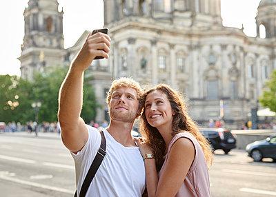 Selfie am Berliner Dom - p1124m1463317 von Willing-Holtz